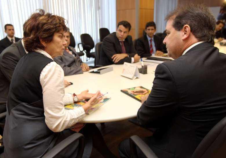 tio_viana_com_a_secretria_ana_fonseca_e_equipes_de_governos