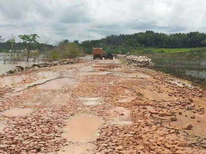 estrada destruida