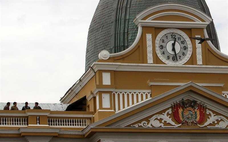 bolivia inverte relógio