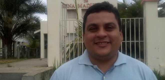 Em meio à crise aguda em Sena, prefeito sai vitorioso e elege Gilberto Lira presidente da Câmara