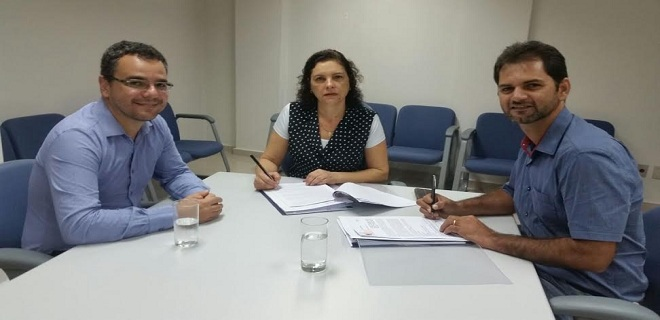 Prefeito de Sena assina primeiro contrato de 1,4 mi com a Caixa para recuperar ruas