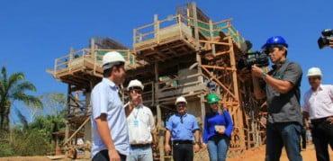 GladsonC, oposição, foi tirar fotos e dar entrevista na ponte do Madeira que Dilma está construindo