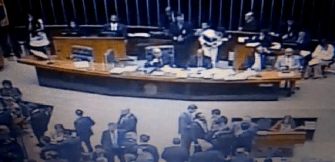 Que papelão na Câmara dos Deputados! (v)