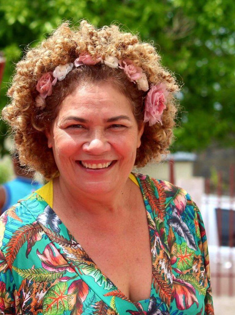 ex-senadora Pérpetua Almeida sorrindo em reunião